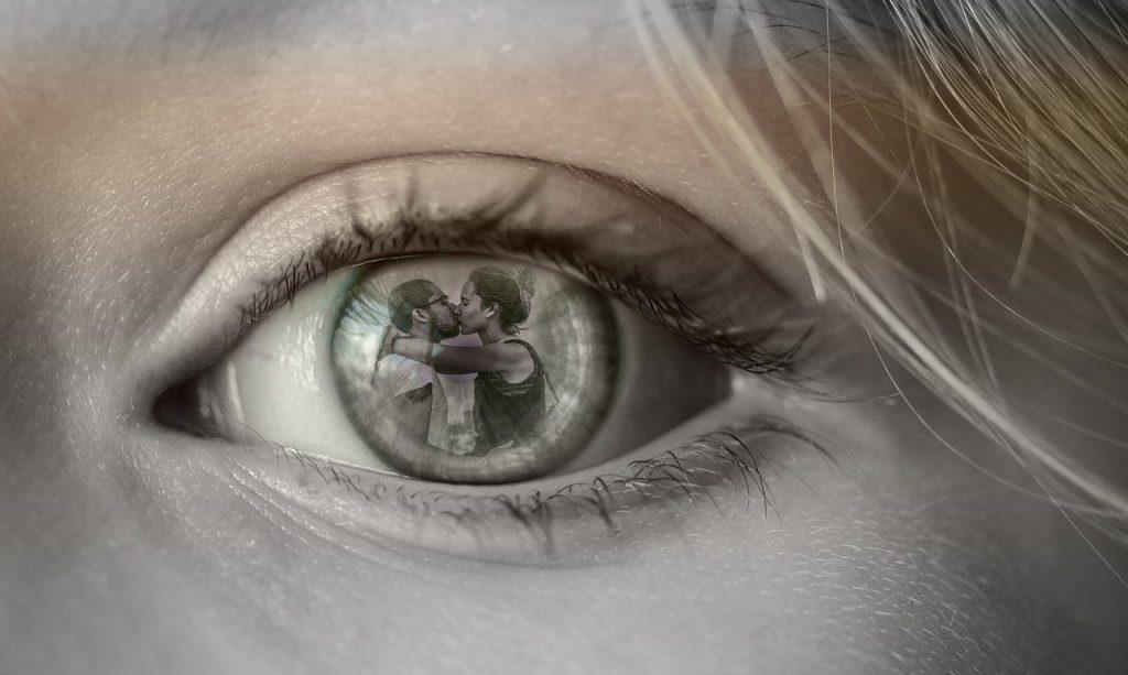אישה רואה בגידה