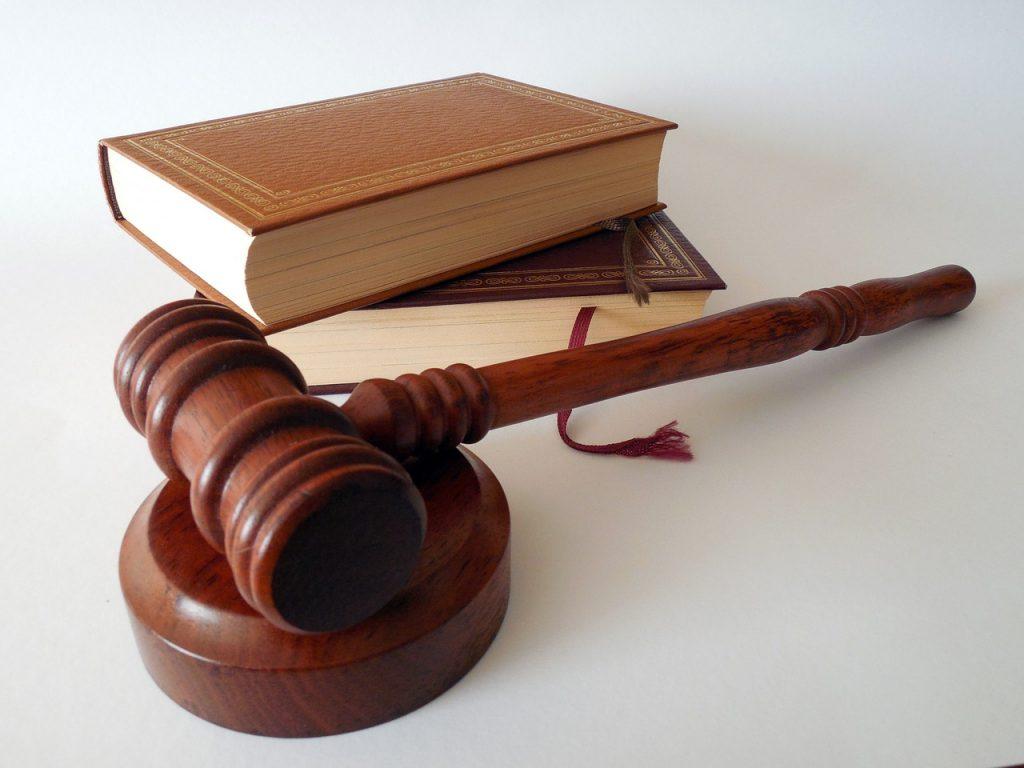 פטיש וספרים משפטיים
