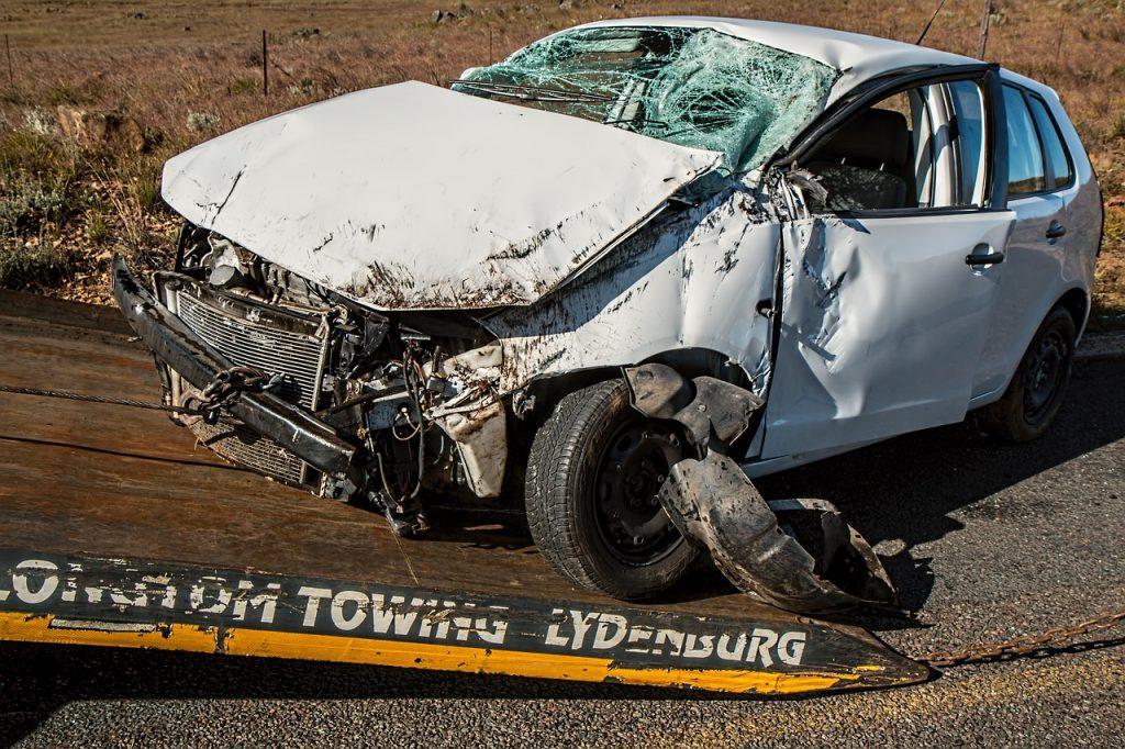 רכב לבן אחרי תאונה