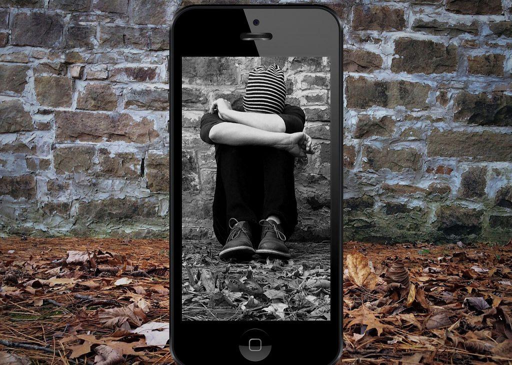 ילד עצוב בצילום מהטלפון