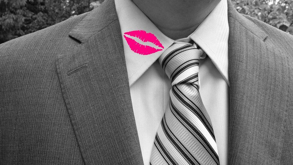 גבר עם שפתיים על הצווארון